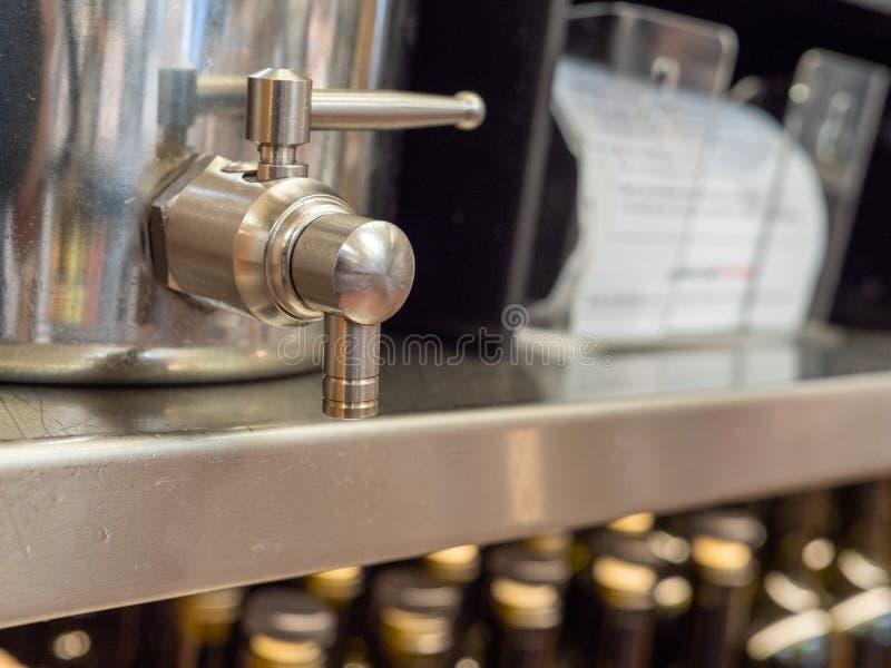 Poignée en acier de distributeur de boisson en position de fermeture se reposant sur l'étagère image libre de droits