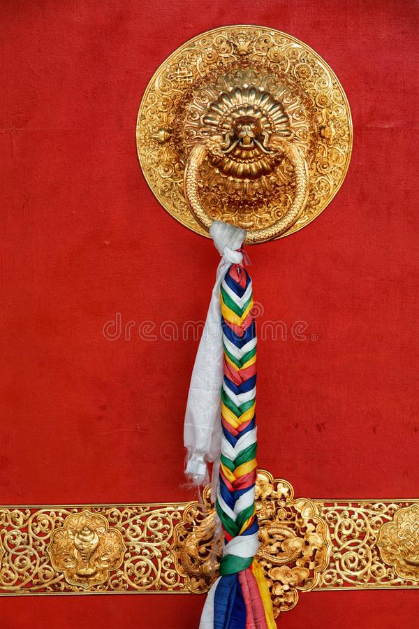 Poignée en forme de lion dans le temple bouddhiste images libres de droits