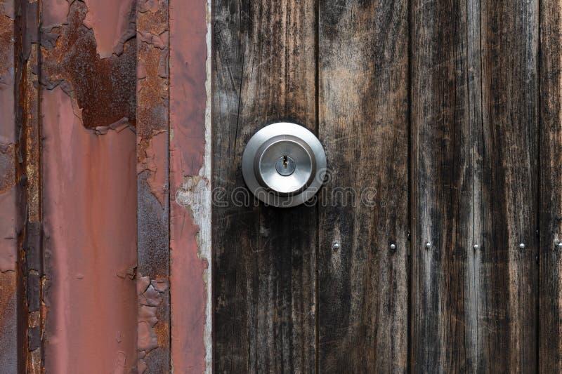 Poignée en métal sur une vieille porte en bois photo stock