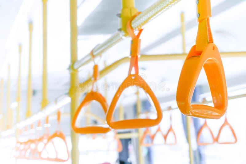 Poignée jaune d'autobus sur le plafond pour le passager de position, intérieur de balustrade de train de transport en commun chez image stock