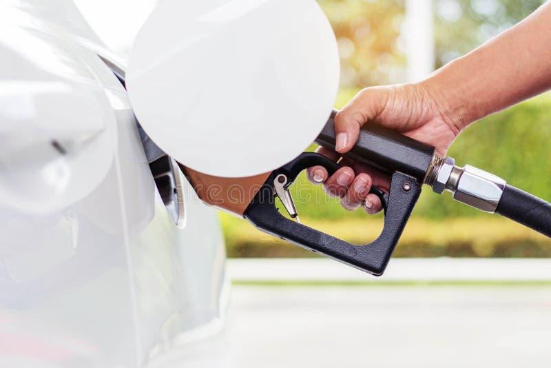 Poignée remplissant de combustible avec la voiture photo libre de droits