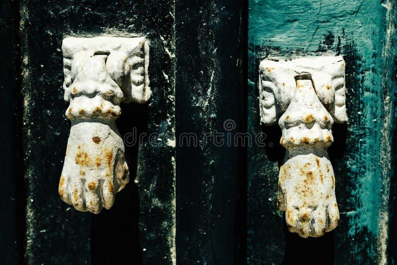 Poignées de porte mauresques de style dans Tavira, Algarve, Portugal photographie stock