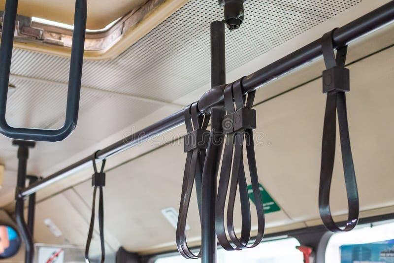 Poignées pour le passager debout à l'intérieur d'un autobus images libres de droits