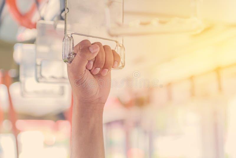 Poignées sur le plafond pour le passager debout à l'intérieur d'un autobus image libre de droits