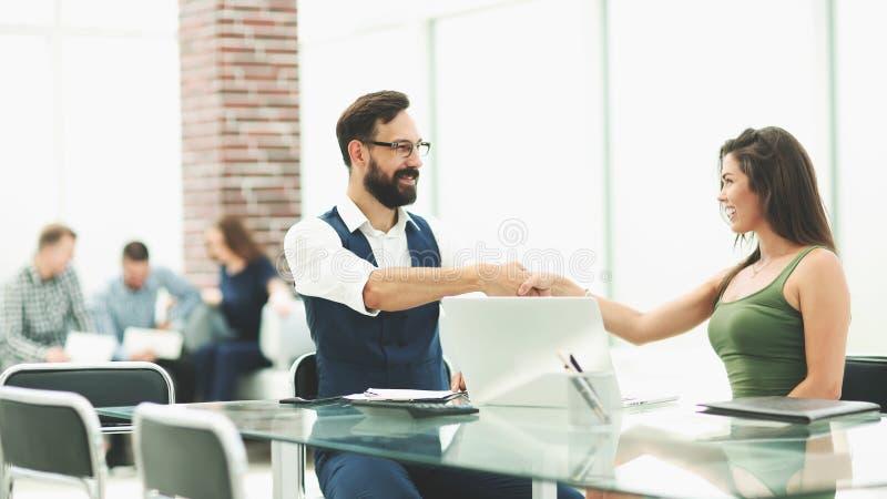 Poign?e de main des hommes d'affaires dans le bureau de banque images libres de droits