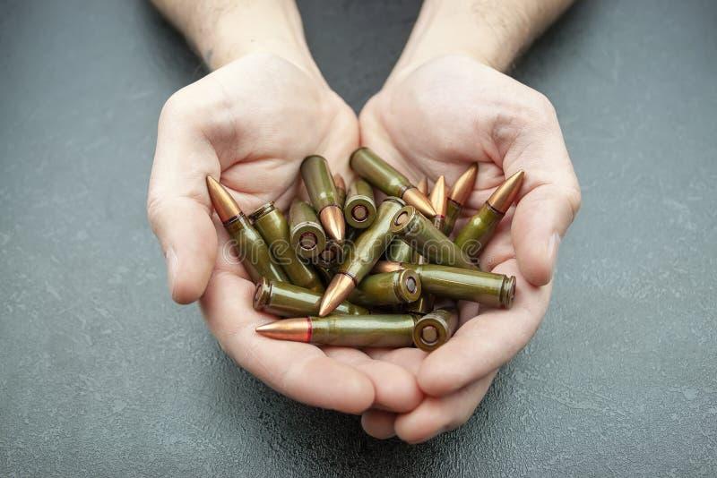 Poign?e de 7 verts cartouches de 62 millimètres pour le fusil d'assaut de kalachnikov image stock