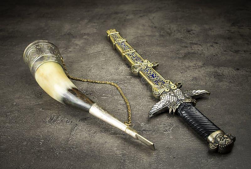 Poignard et klaxon médiévaux photos stock