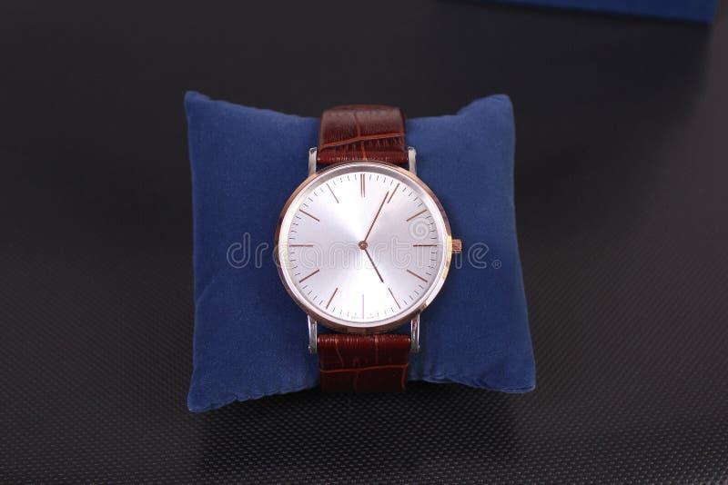 poignet de montre des hommes s image stock