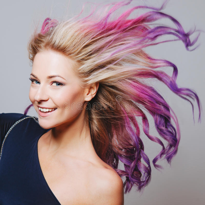 Poils colorés Portrait des femmes de sourire avec des poils de vol Ombre gradient photos stock