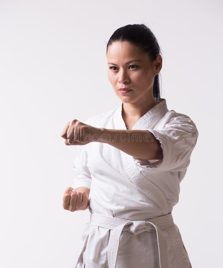 Poinçon d'exposition de femme dans l'exercice d'art martial photo stock