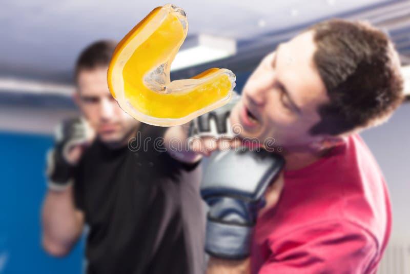 poinçon dans le visage pendant la formation d'art martial image libre de droits
