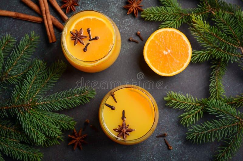 Poinçon orange épicé chaud de cocktail d'hiver de chute avec des épices image libre de droits