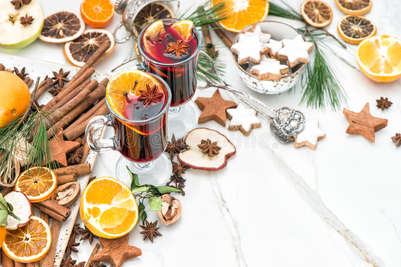 Poinçon rouge chaud d'ingrédients de vin chaud avec des épices de fruit photographie stock