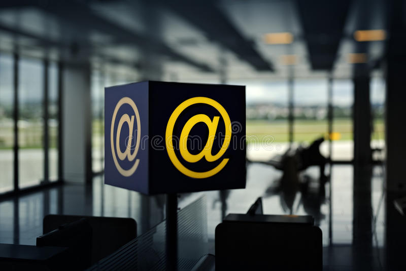 Point chaud sans fil dans l'aéroport photographie stock libre de droits