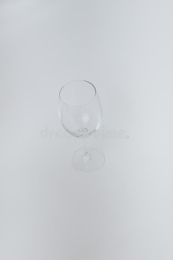 Point culminant de verre de vin vide sur le fond gris photos libres de droits