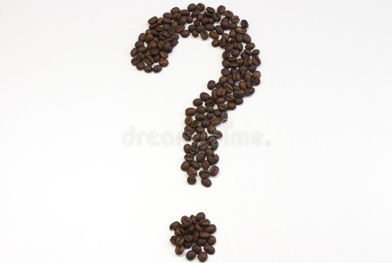 Point d'interrogation des grains de café étroitement d'isolement sur le blanc Copiez l'espace Grains de café sur le fond blanc photographie stock
