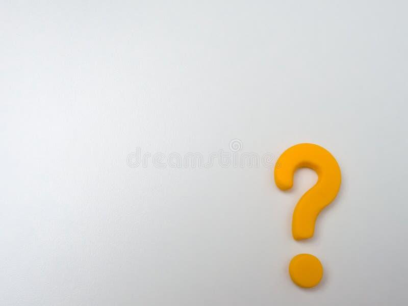 Point d'interrogation jaune de volume sur un fond de texture blanc photo stock