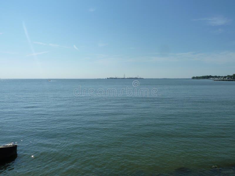 Point de cèdre à travers le lac Érié photographie stock libre de droits