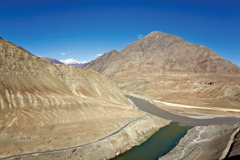 Point de confluent de rivière d'Indus et de Zanskar près de village de Nimmu, Leh-Ladakh, Jammu-et-Cachemire, Inde images stock
