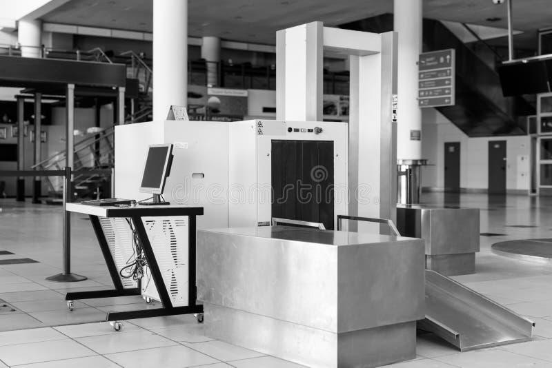 Point de contrôle de sécurité dans les aéroports avec le détecteur de métaux  image libre de droits
