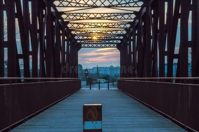 Point de disparaition sur le pont en métal photographie stock
