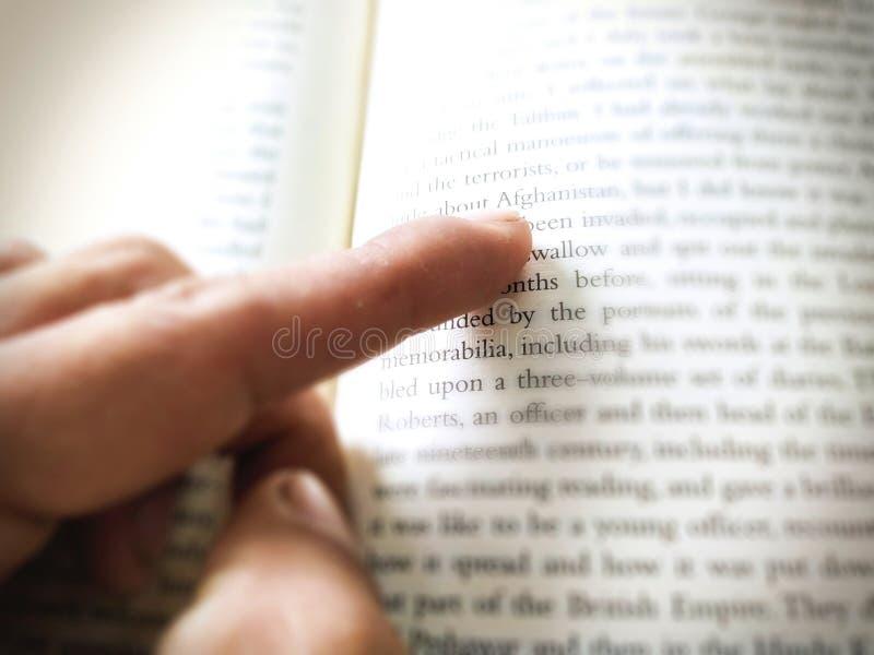 Point de doigt d'homme à la lettre photographie stock libre de droits