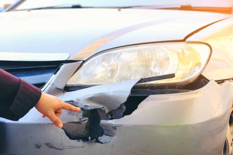Point de main à la partie antérieure de la voiture d'accidents Barrage d'accidents d'accident de voiture photo stock