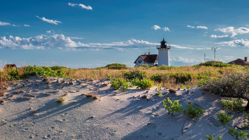 Point de phare sur des dunes de plage photos libres de droits