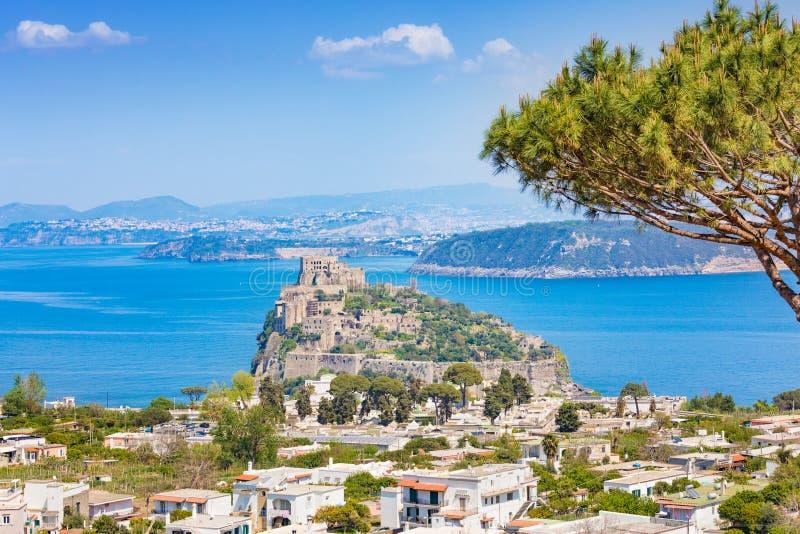 Point de repère célèbre de Castello Aragonese aux ischions, Italie photos stock