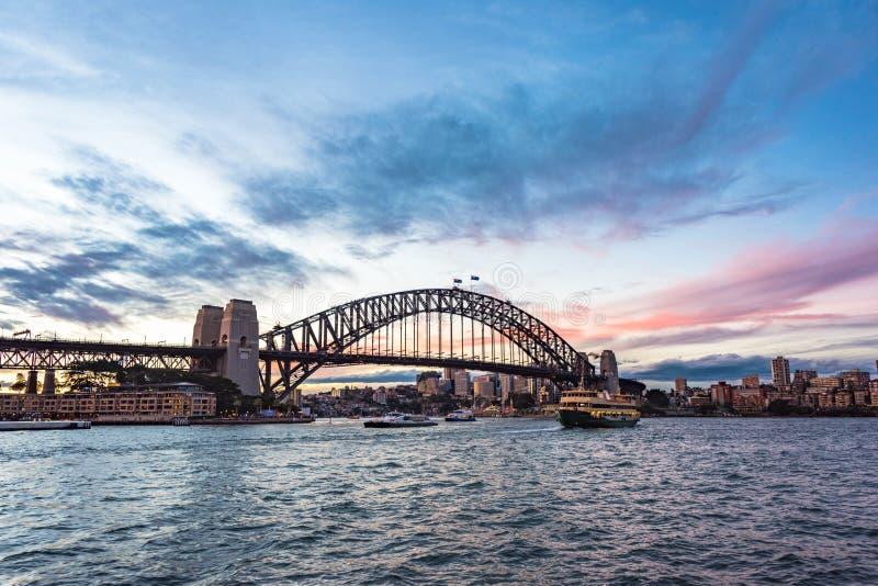 Point de repère iconique australien Sydney Harbour Bridge contre le ciel pittoresque de coucher du soleil photo stock