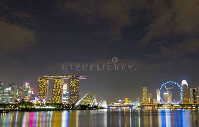 Point de repère large de vue de Singapour sur le crépuscule image stock