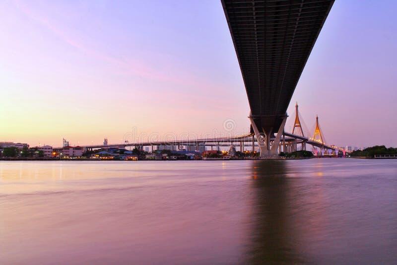 Point de repère, paysage, Ove Bhumibol Bridge On les banques de Chao Phraya River au crépuscule en Thaïlande images stock
