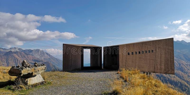 Point de repère de télescope près de haute route alpine de Timmelsjoch dans la réserve naturelle de Texelgruppe Le Tyrol du sud,  photos stock