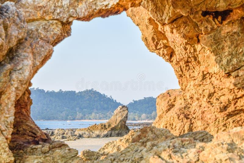 Point de rep?re de Ranong, Tha?lande - ?tonnante et belle des personnes en pierre ou tha?landaises a appel? Hin Thalu ? la plage  images libres de droits
