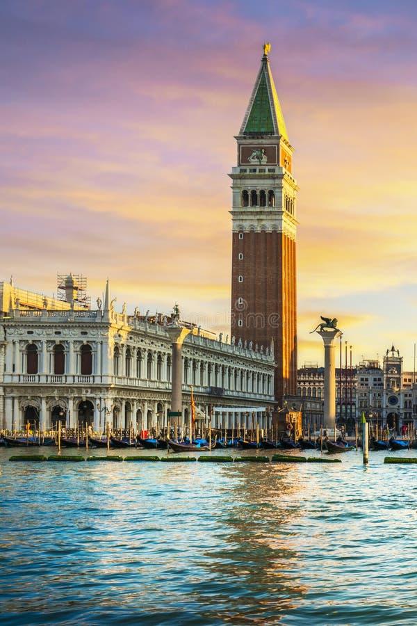 Point de rep?re de Venise ? l'aube, Piazza San Marco avec le campanile et le palais de doge l'Italie image stock