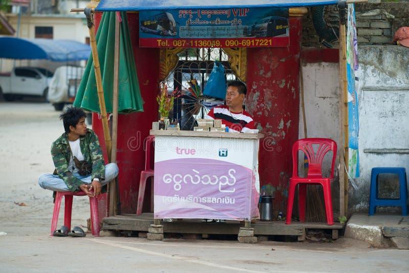 Point de service pour des touristes à la frontière : change, autobus étiquetant, communication cellulaire, Myanmar images libres de droits