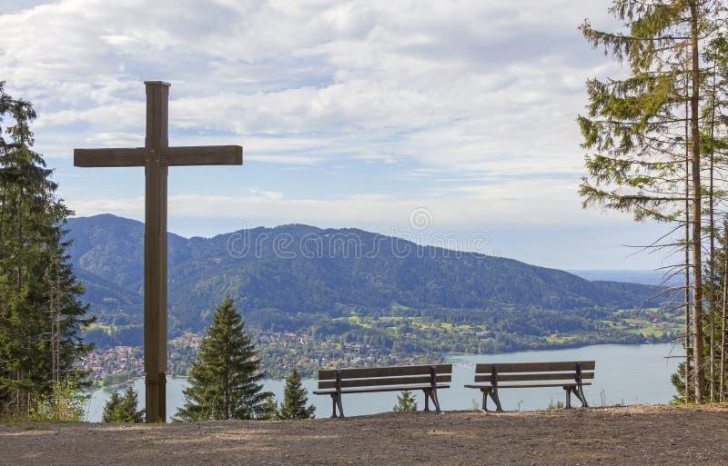 Point de surveillance avec la croix et les bancs en bois, tegernsee de lac photos libres de droits
