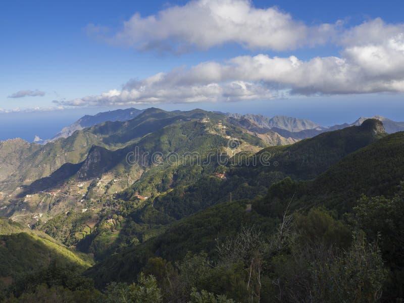 Point de vue Amogoje, collines vertes avec la roche en EL Draguill de mer photos libres de droits