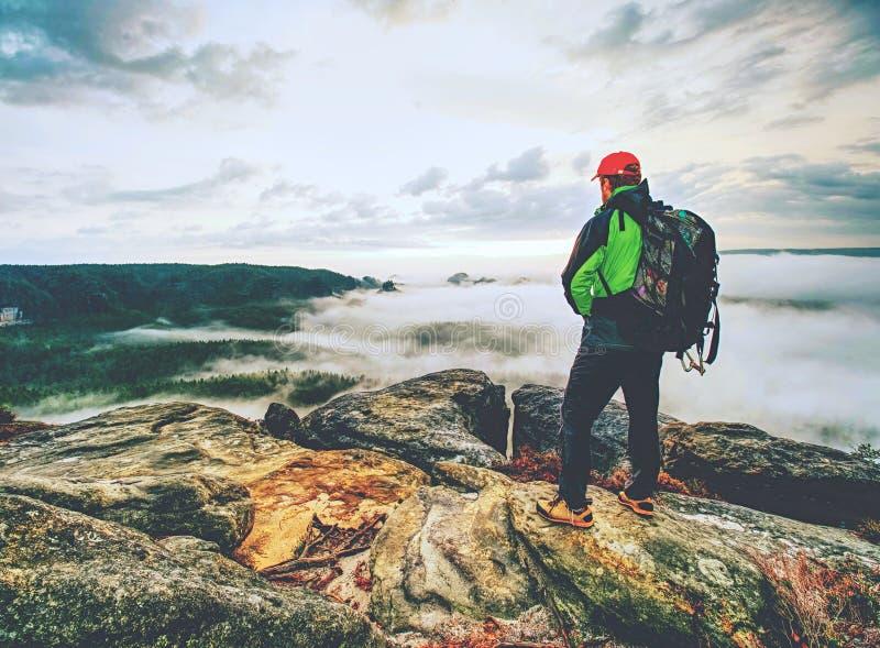 Point de vue au-dessus des nuages brumeux dans les roches Landscap enchanté d'automne images libres de droits