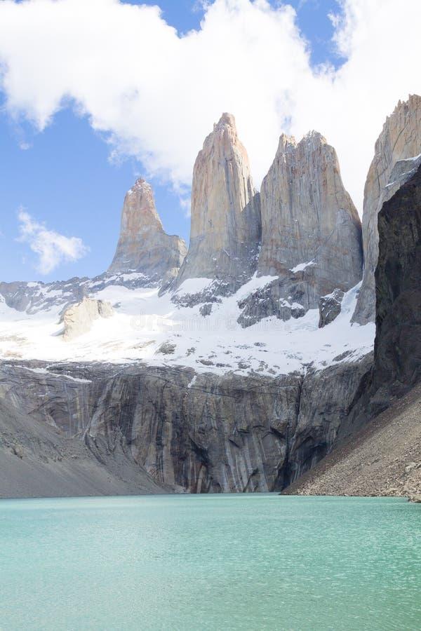 Point de vue bas de Las Torres, Torres del Paine, Chili photographie stock libre de droits