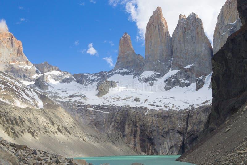 Point de vue bas de Las Torres, Torres del Paine, Chili photos stock