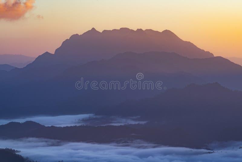 Point de vue de crête de montagne avec le beau lever de soleil pendant le matin image libre de droits