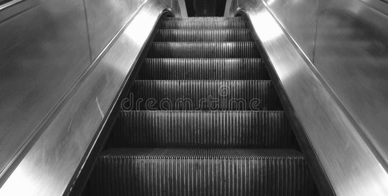 Point de vue d'un escalator allant vers le haut photographie stock