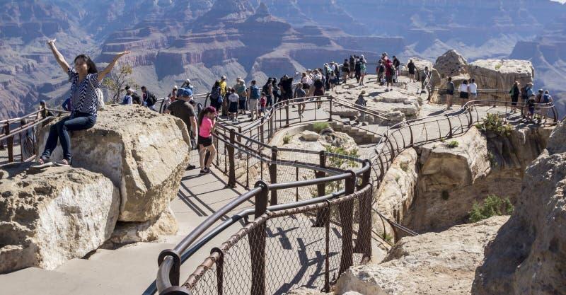 Point de vue de Grand Canyon avec des personnes photo stock