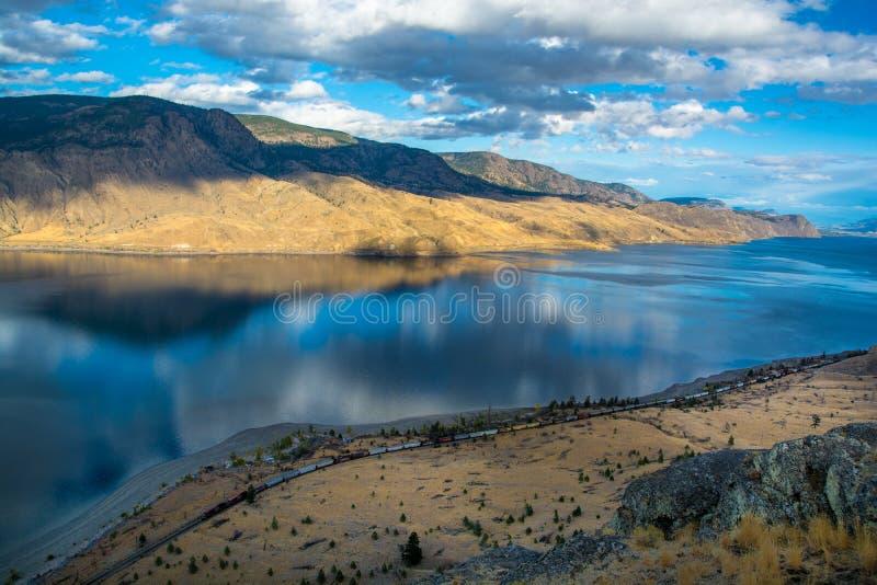 Point de vue de lac Kamloops Train OM l'avant photographie stock libre de droits