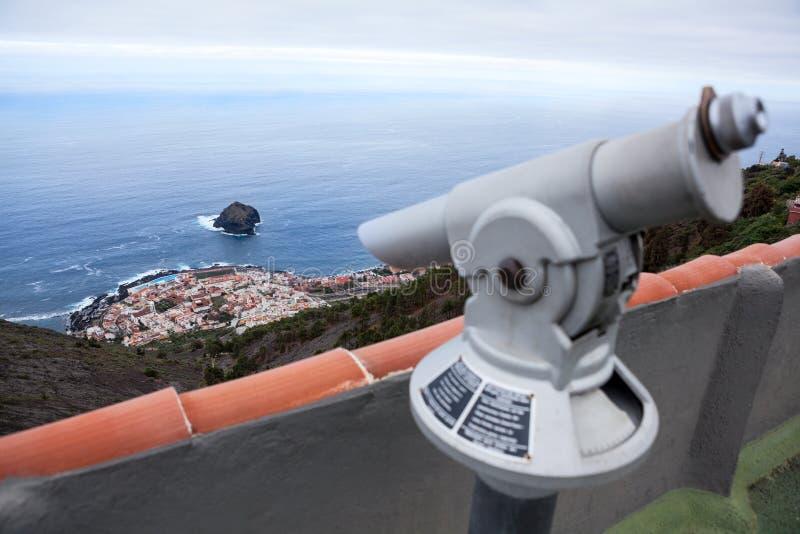 Point de vue de Mirador avec le télescope pour observer à la belle vue du cap avec la ville de Garachico Partie nord d'île de Tén photo libre de droits