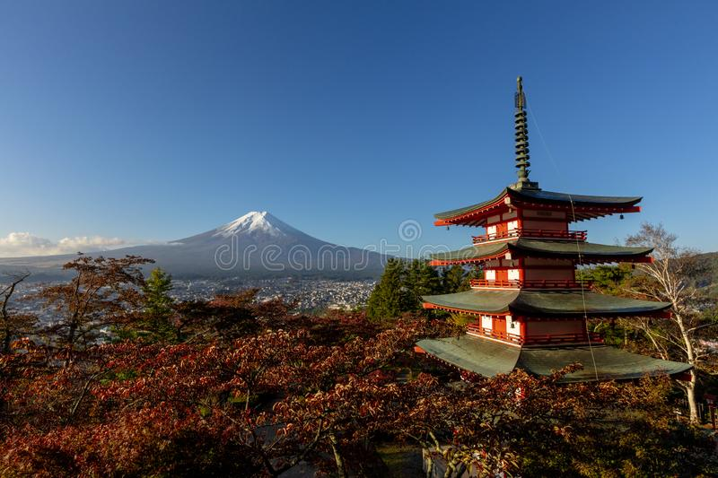 Point de vue de pagoda de Chureito avec le Mt Fuji au tombeau de sengen d'Arakura photos libres de droits