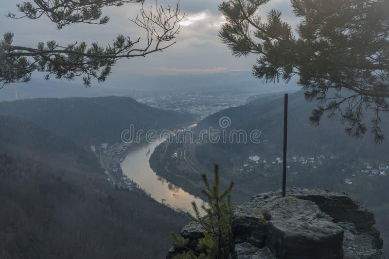 Point de vue de Ruzova sur la roche au-dessus de la vallée de la rivière Labe images stock