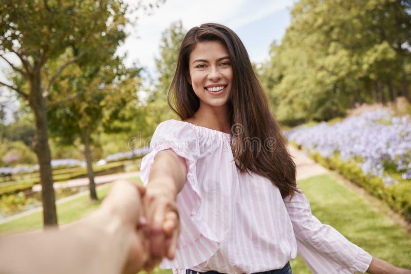 Point de vue tiré des couples romantiques marchant en parc ensemble image stock