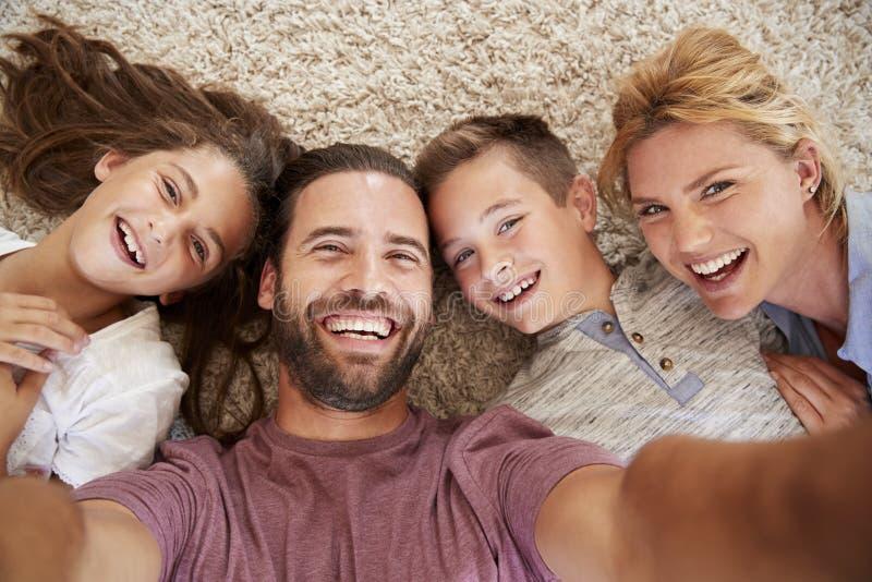 Point de vue tiré des parents et des enfants posant pour Selfie images libres de droits